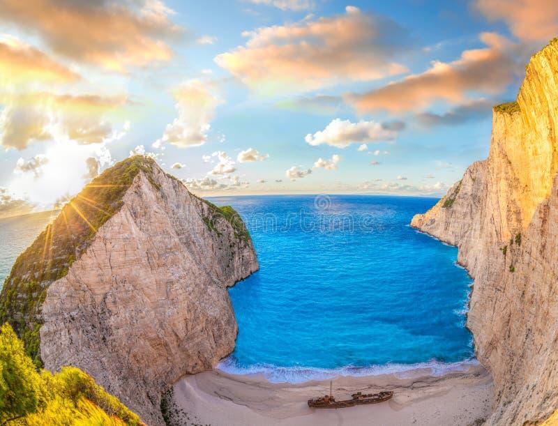 与海难的Navagio海滩反对在扎金索斯州海岛上的五颜六色的日落在希腊 免版税库存图片