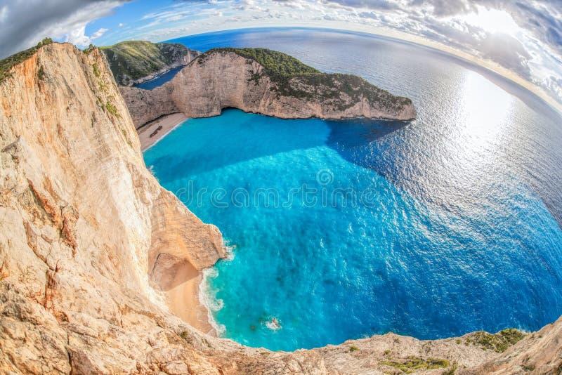 与海难的Navagio海滩反对在扎金索斯州海岛上的日落在希腊 库存图片