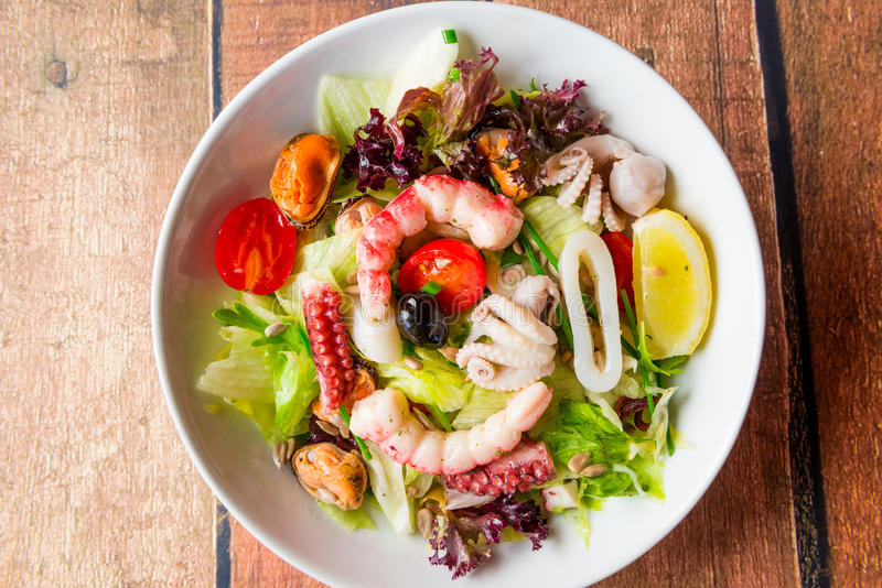 与海鲜成份的蔬菜沙拉 免版税库存图片
