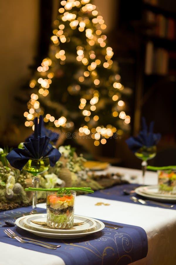 与海鲜verrine的圣诞晚餐桌 免版税库存图片
