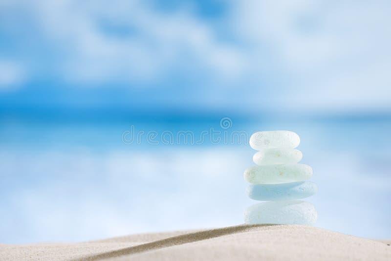与海洋、海滩和海景的海玻璃seaglass 免版税库存图片