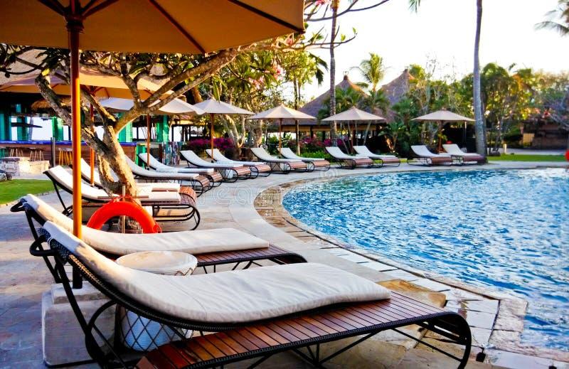 与海滩可躺式椅的游泳池在温泉渡假胜地 库存图片