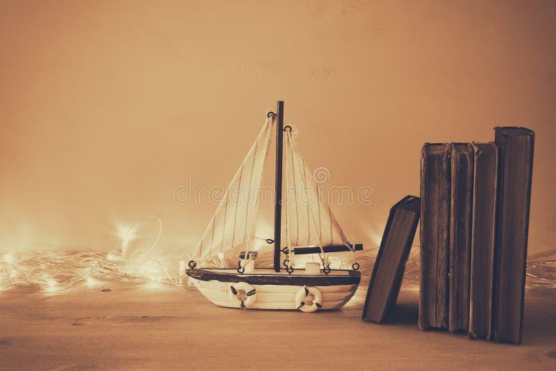 与海洋生活样式的船舶概念在木桌上反对 免版税库存照片