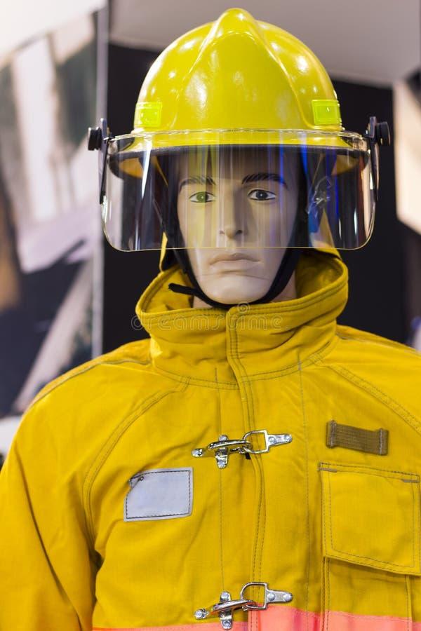 与消防衣服的时装模特; 个人保护设备 库存图片