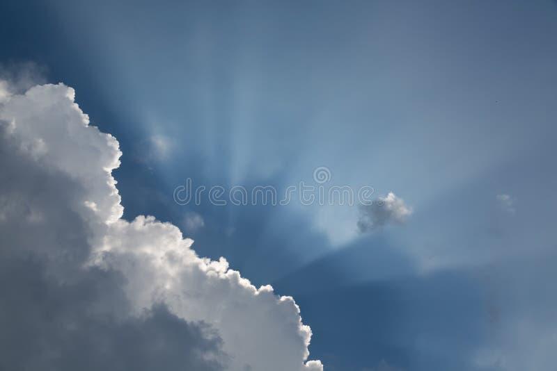 与涌现在云彩后的太阳光芒的美丽的天空蔚蓝 库存图片