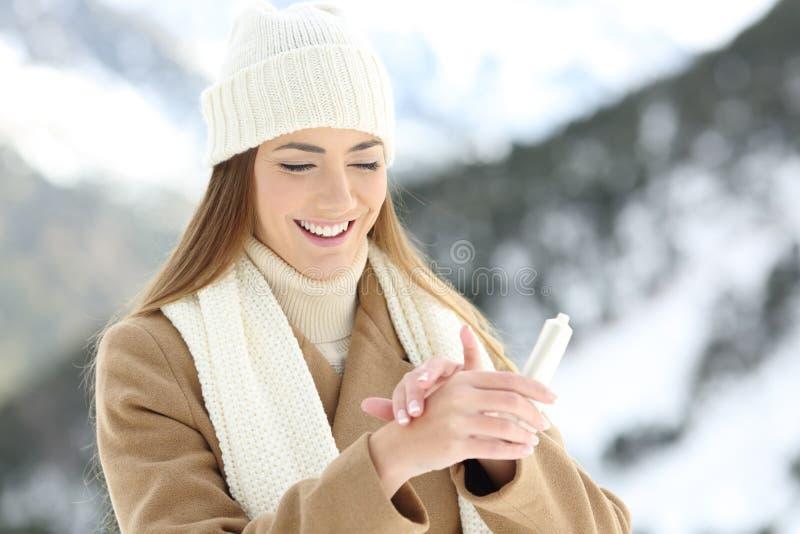 与润肤霜奶油的妇女水合的手皮肤 库存图片