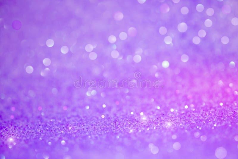 与淡光的明亮和抽象被弄脏的紫色bokeh背景 免版税库存图片