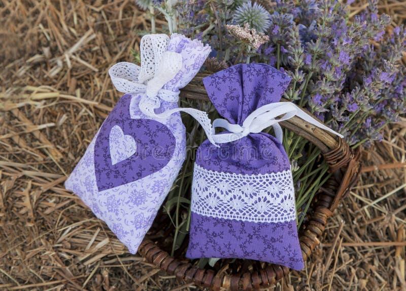 与淡紫色花的俏丽的手工缝制的织品袋子 图库摄影