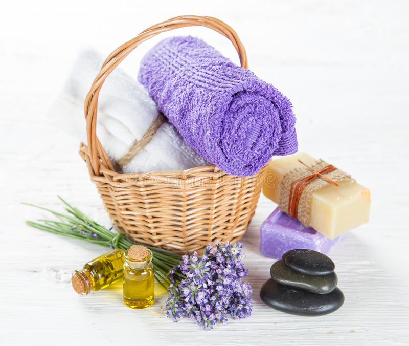 与淡紫色花的健康治疗 库存图片