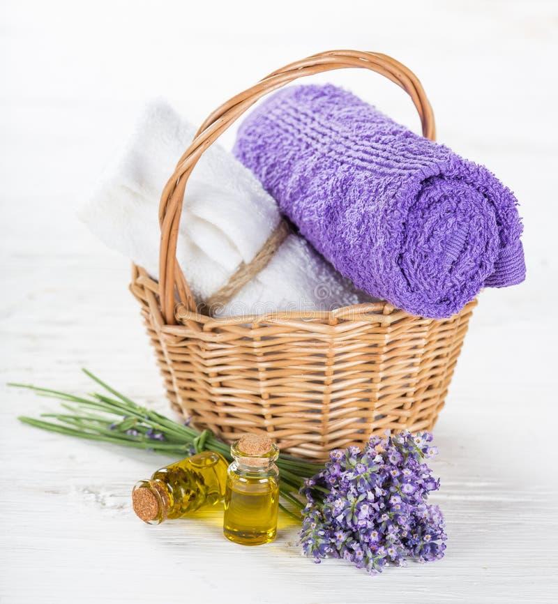 与淡紫色花的健康治疗 免版税库存照片