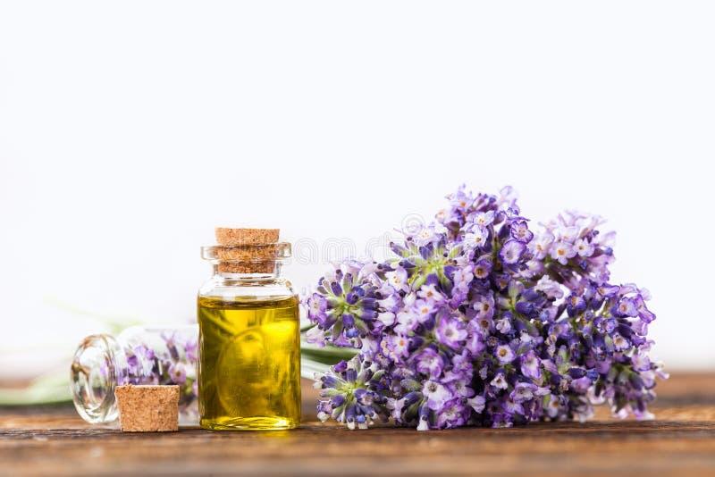 与淡紫色花的健康治疗 免版税库存图片