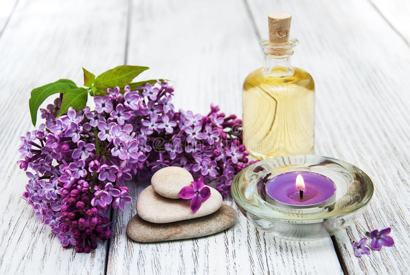 与淡紫色花的温泉设置 图库摄影
