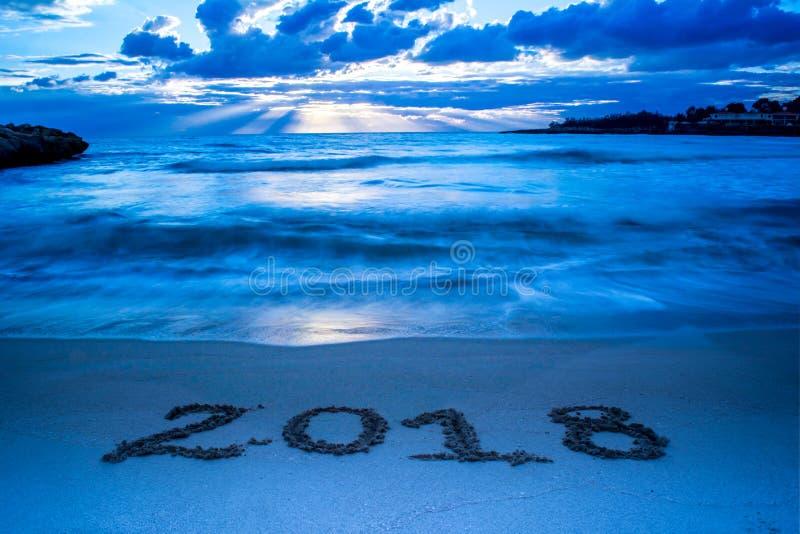 与深蓝有雾的海的风景日出和标志的2018年Writt 库存图片