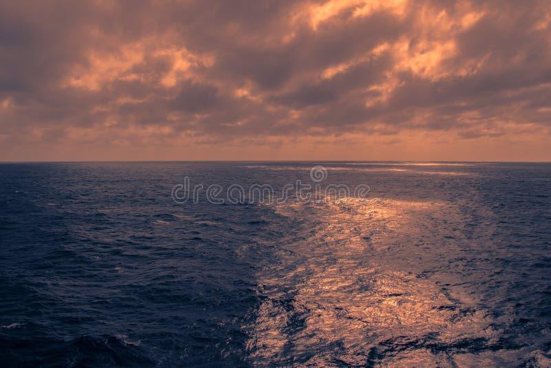 与深蓝海和暴风云的海景 免版税库存照片
