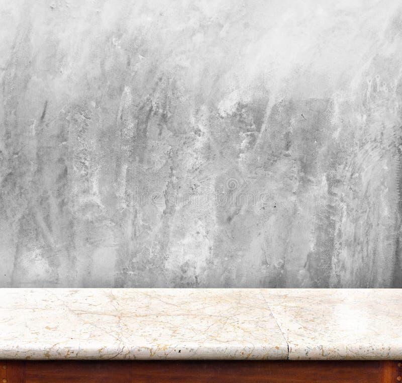 与混凝土墙,您的显示的空的内部的大理石桌 免版税库存图片