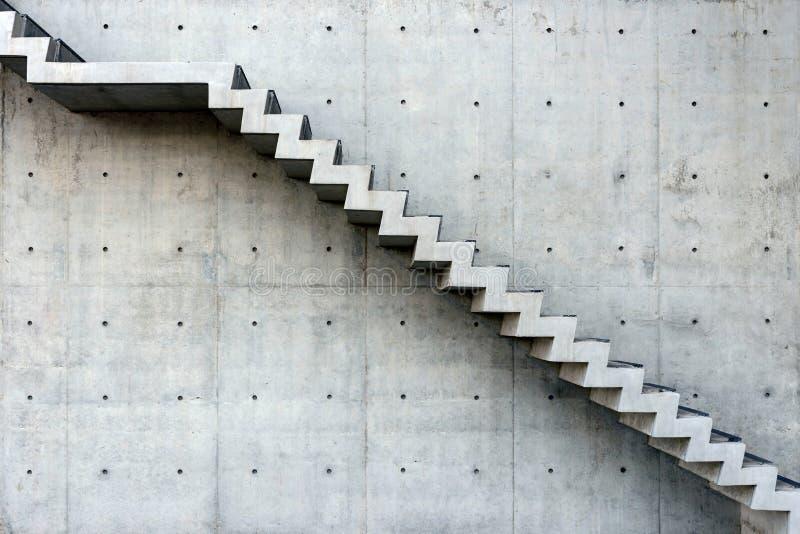 与混凝土墙-侧视图的具体楼梯 免版税库存照片