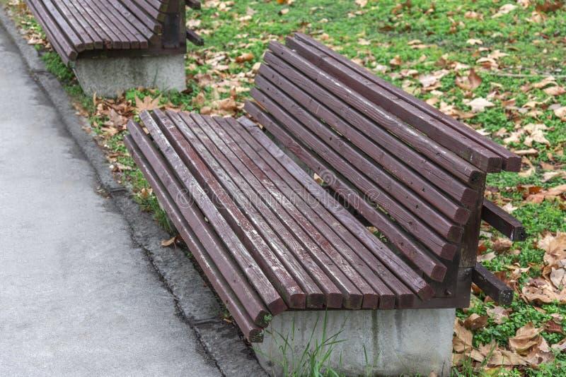 与混凝土的公开长木凳在城市街道上在公园 免版税库存图片