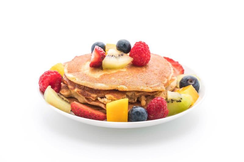 与混合的薄煎饼结果实(草莓,蓝莓,莓, m 免版税库存图片