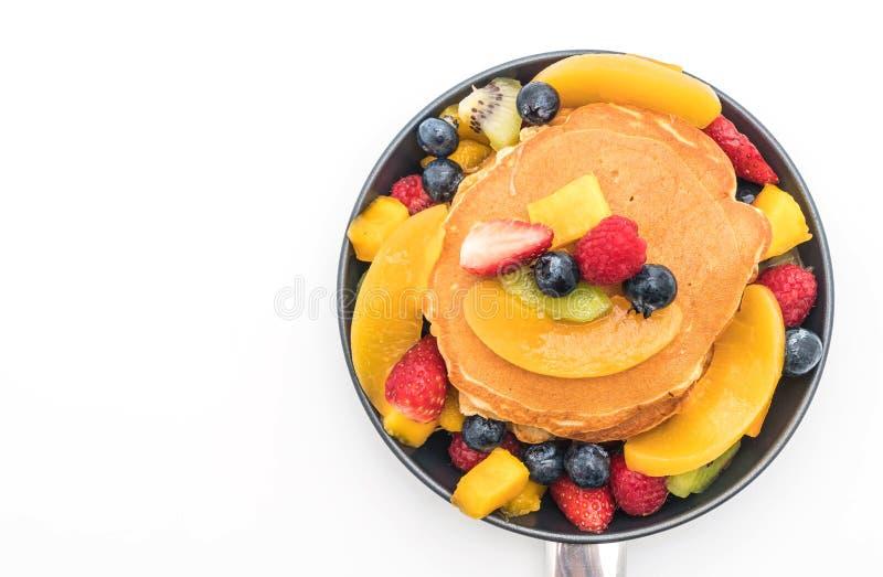 与混合的薄煎饼结果实(草莓,蓝莓,莓, m 免版税库存照片