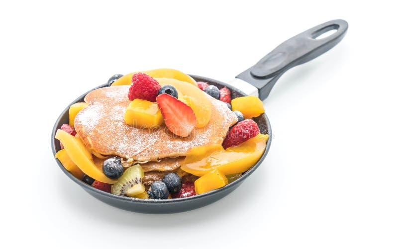 与混合的薄煎饼结果实(草莓,蓝莓,莓, m 免版税图库摄影