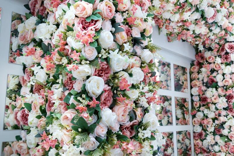 与混杂的花美丽的花束的风格化窗口  库存照片