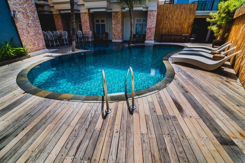 与清楚的大海和可躺式椅的游泳池 免版税图库摄影
