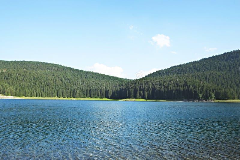 与清楚的天空、镇静水和单向反射的Mountain湖难以置信的风景 放松和感觉与nat的团结的最佳的地方 库存照片