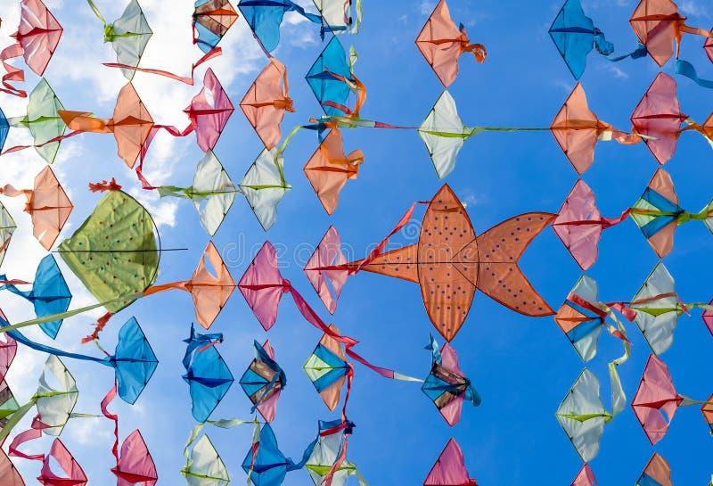 与清楚的天空的五颜六色的泰国风筝 库存图片
