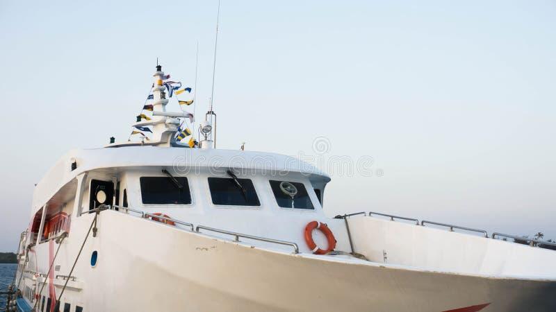 与清楚的天空的小船前面白色在karimun jawa的口岸 免版税图库摄影