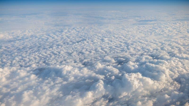 与清楚的天空蔚蓝的美好的cloudscape 从飞机窗口的一个看法 库存图片