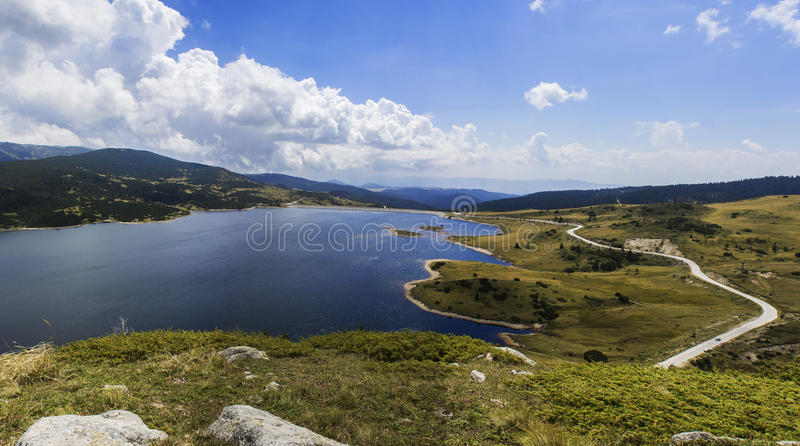 与清楚的山湖的夏天风景 免版税图库摄影