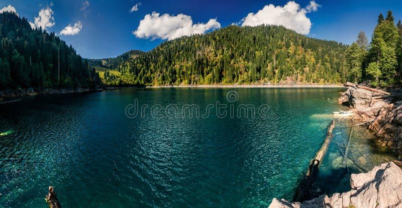与清楚的山湖的田园诗夏天风景 免版税库存照片