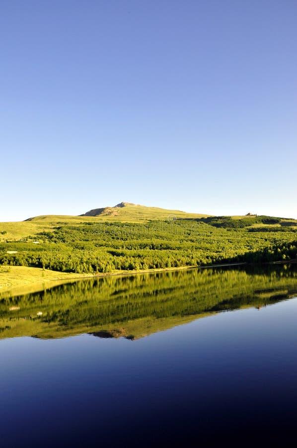 与清楚的山湖的田园诗夏天风景 库存图片