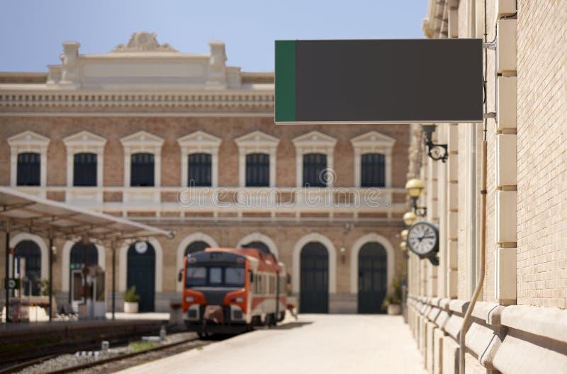 与清楚的标志的火车站在平台 免版税库存图片