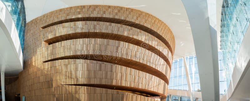 与清楚的玻璃大厦的建筑学现代木设计在歌剧院 库存图片