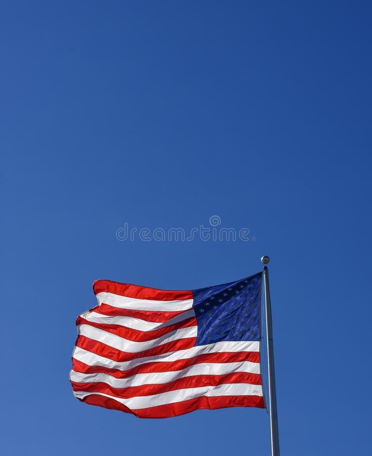 与清楚的蓝天拷贝的美丽的美利坚合众国旗子 库存照片