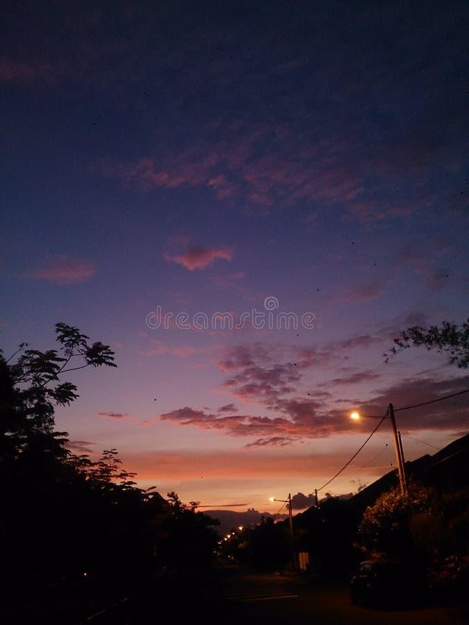 与清楚的蓝天的日落橙色背景 免版税库存图片