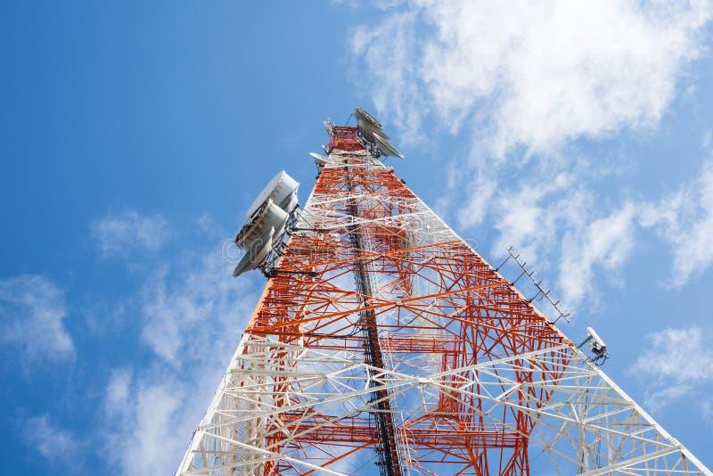 Download 与清楚的蓝天的电信塔 库存图片. 图片 包括有 被围绕的, 商业, 收音机, 红色, 卫星, 透视图, 播放 - 62529431