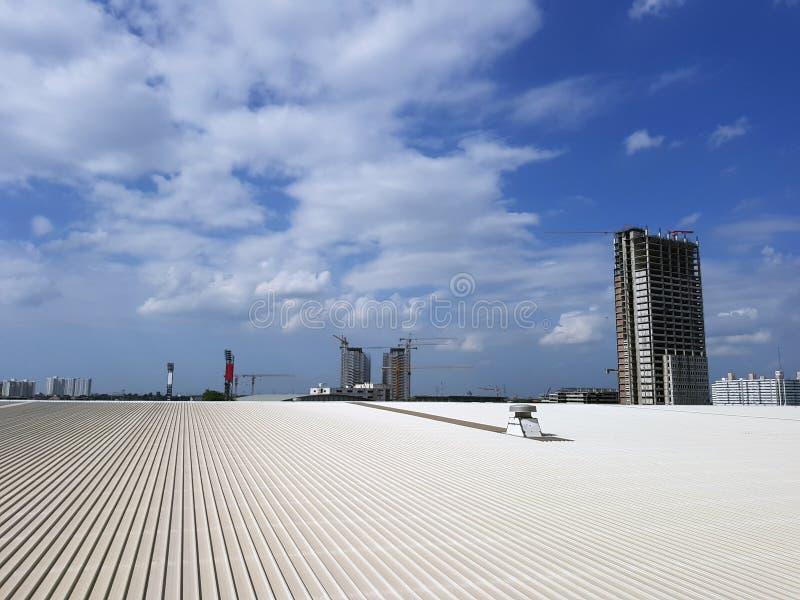 与清楚的蓝天的金属板大厦屋顶  免版税库存照片