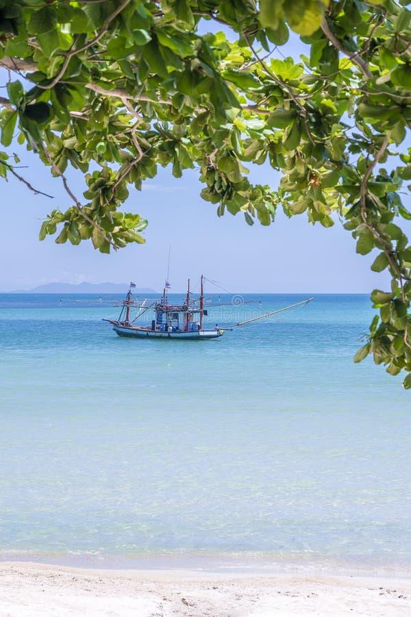 与渔夫小船的美丽的海湾在天空蔚蓝背景 热带沙滩和海水在海岛酸值阁帕岸岛, 免版税库存图片