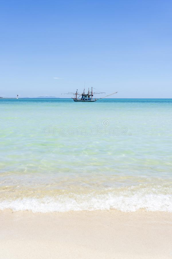 与渔夫小船的美丽的海湾在天空蔚蓝背景 热带沙滩和海水在海岛酸值阁帕岸岛, 免版税库存照片