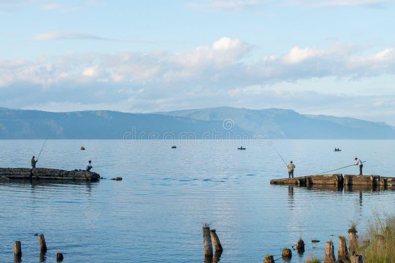与渔夫的贝加尔湖风景在夏日 免版税库存图片
