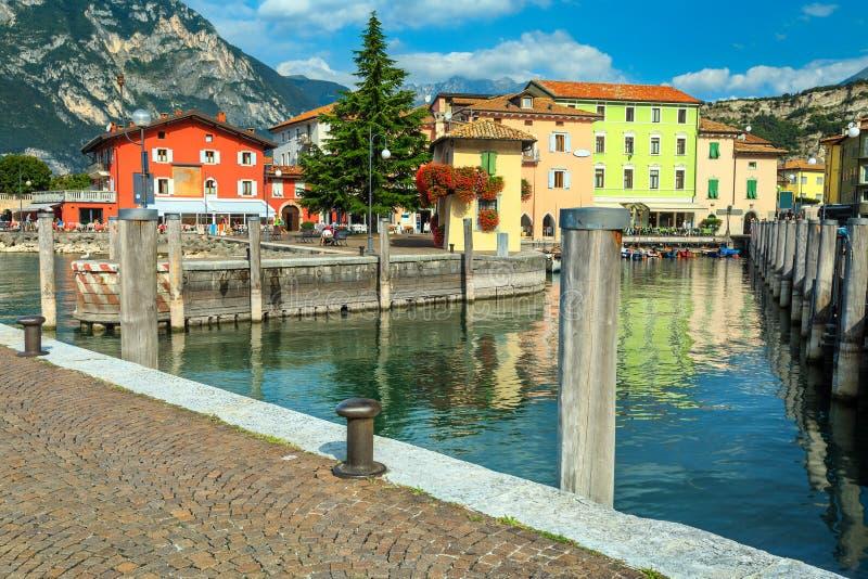 与渔船和五颜六色的大厦, Garda湖的Torbole都市风景 免版税库存图片