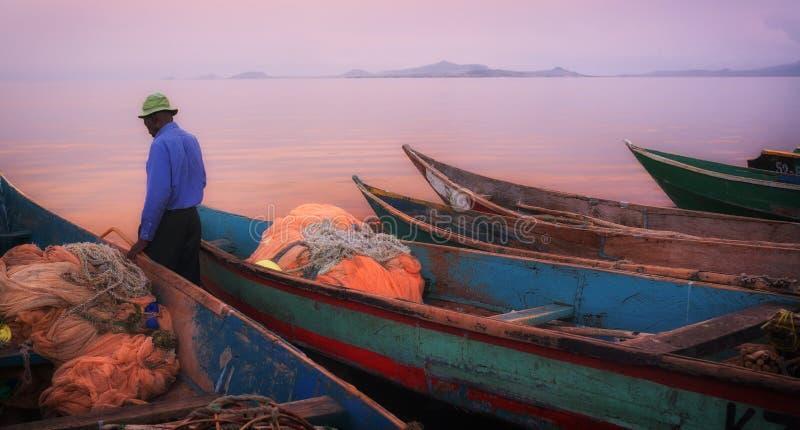 与渔船的五颜六色的风景日落在Mfangano海岛,维多利亚湖,肯尼亚上 免版税库存照片