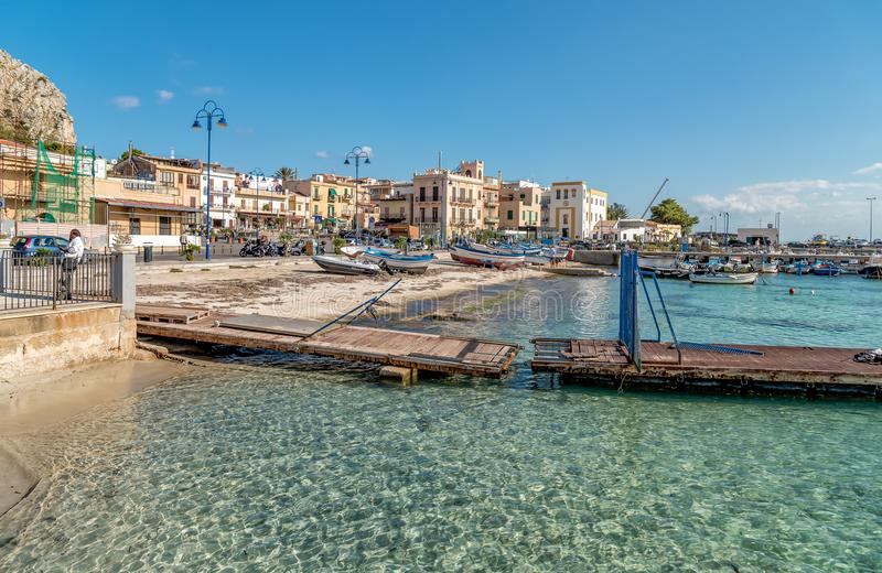 与渔船的小口岸在Mondello的中心在城市附近巴勒莫的中心的 免版税库存图片