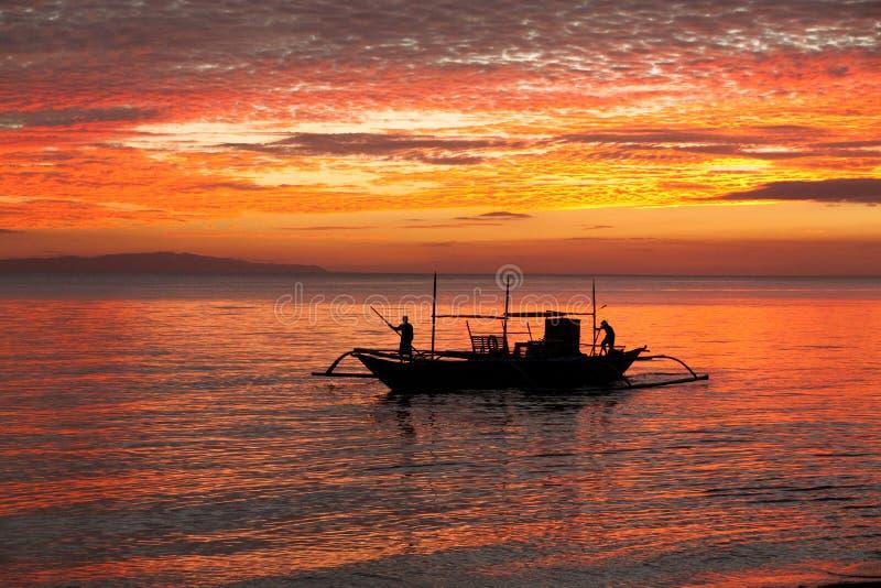 与渔船- Donsol菲律宾的日落 库存照片