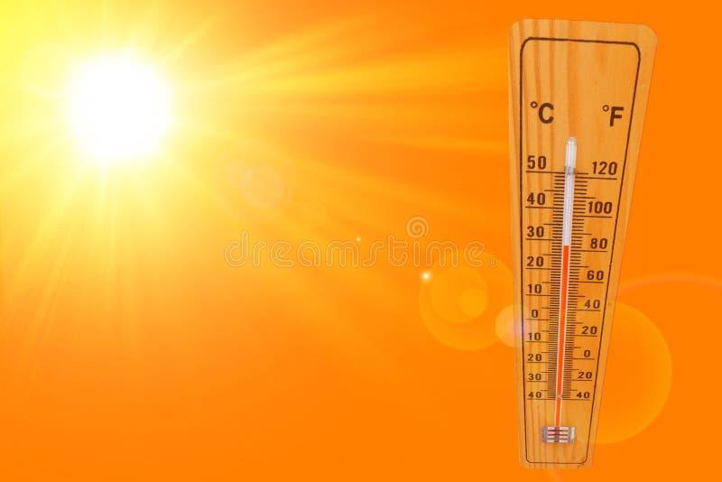 与温度计的晴朗的夏天背景表示的温度27多程度和明亮的太阳在橙色背景 免版税库存照片