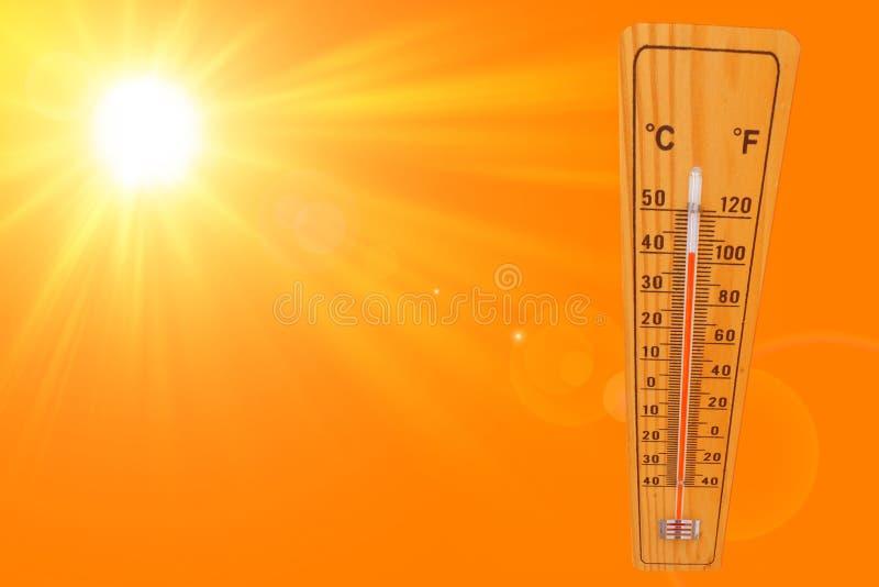 与温度计的晴朗的夏天背景表示的温度40多程度和明亮的太阳在橙色背景 库存照片