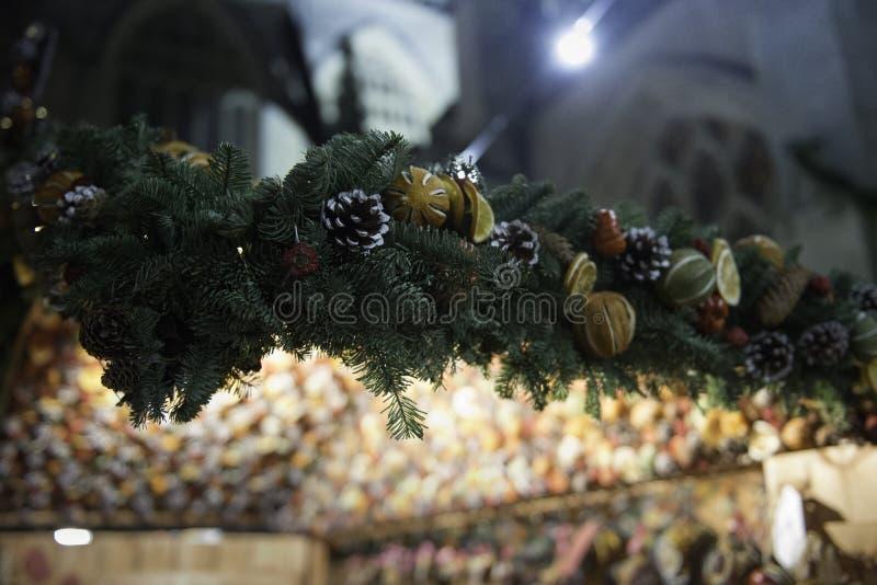 与温暖的颜色的自然圣诞节装饰在城市 图库摄影