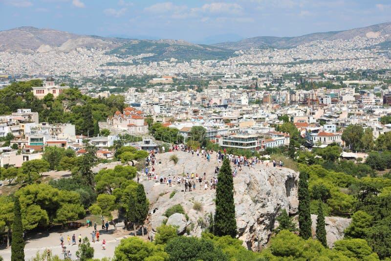 与游人和雅典都市风景从上城,希腊的Areopagus岩石 免版税库存照片